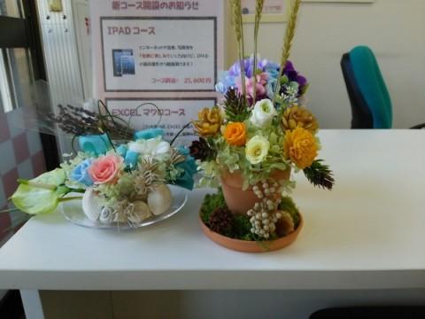 溢れ出すたくさんの花達。愛嬌ある作品